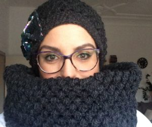 Free tutorial for a puff stitch hat and infinity scarf by Habiba from craftifymylove.com