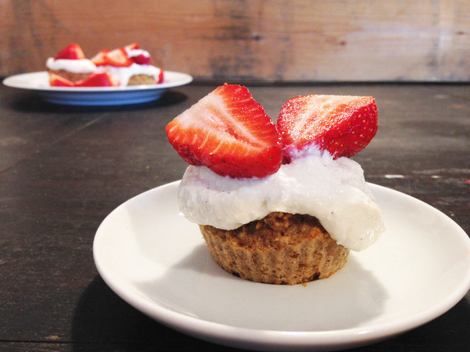 This image shows low-calory strawberry cupcakes that are made of oats, bananas, and apple sauce.