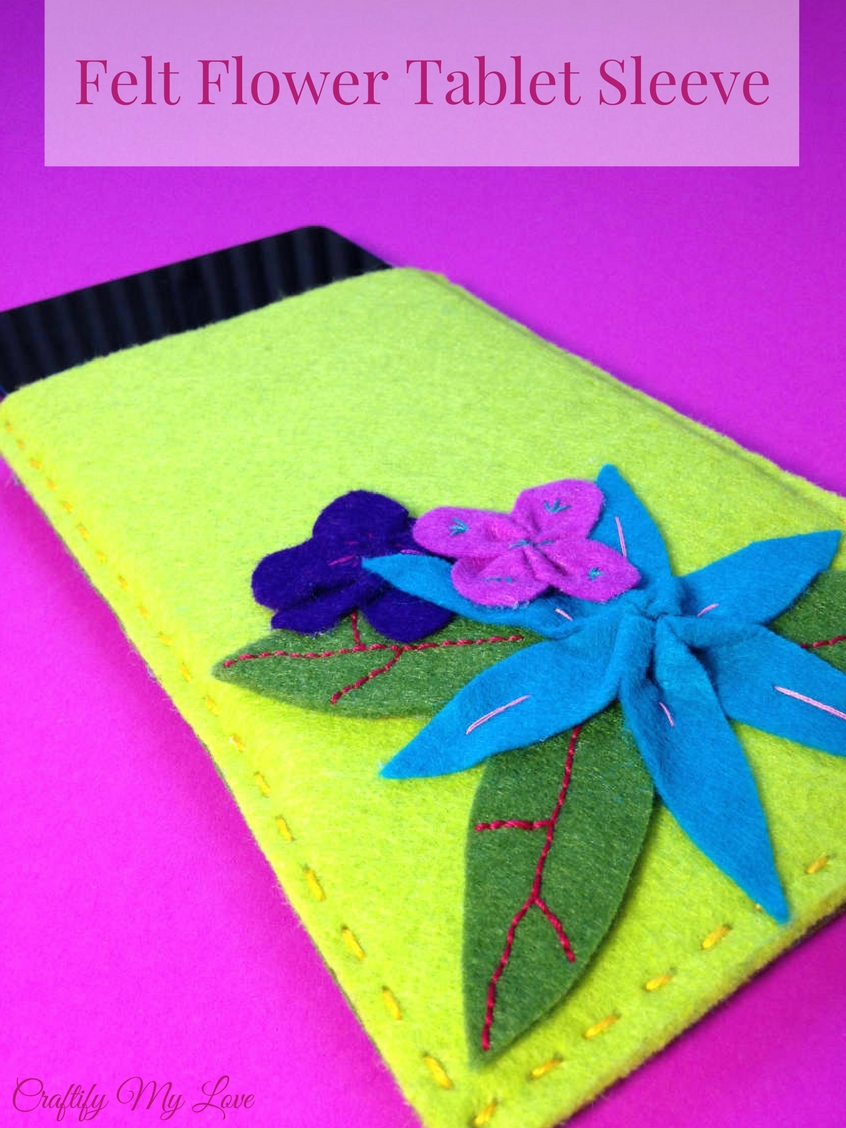 Click now for an easy tutorial on how to make your very own felt flower tablet sleeve!