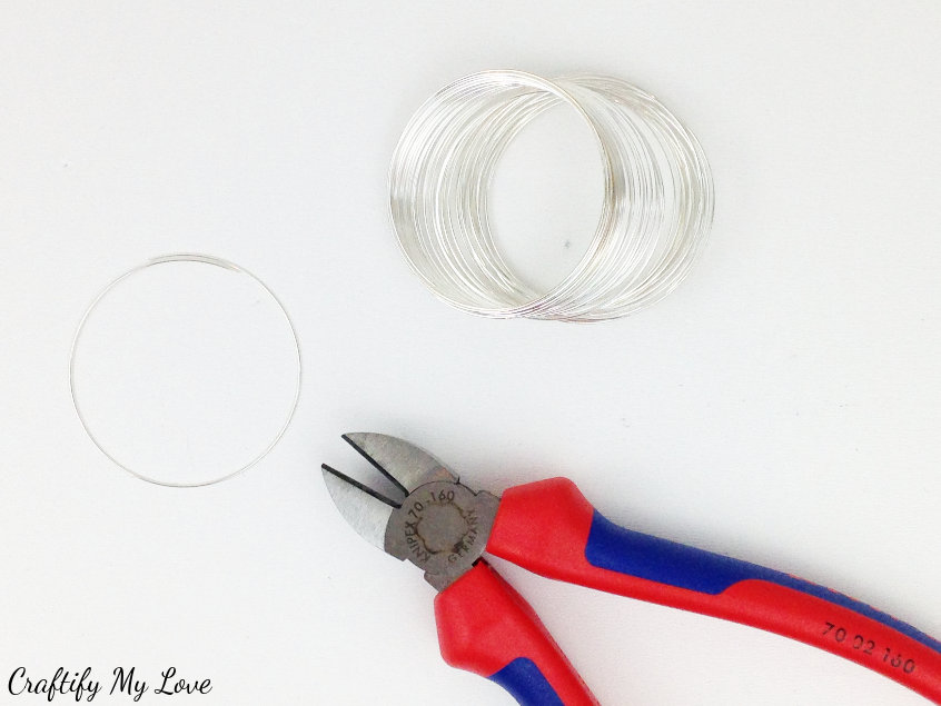 cut one round of pre-shaped memory wire that is perfect for jewellery making. It won't change it's shape