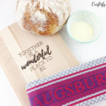 Using this detailed step by step tutorial you can DIY a personalised cutting board with pyrography art as a home warming gift idea.