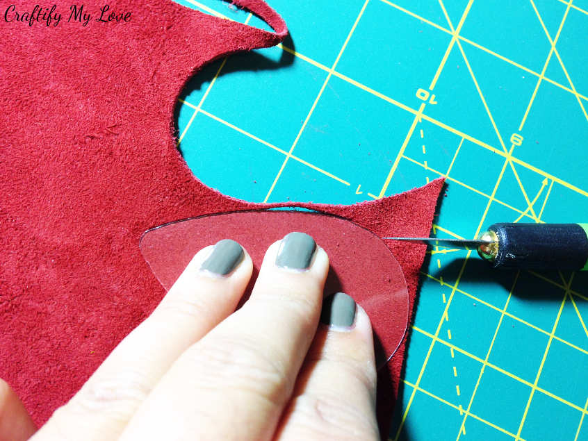 Place the tear drop template on the wrong side of your (faux) leather or suede to cut out DIY jewellery