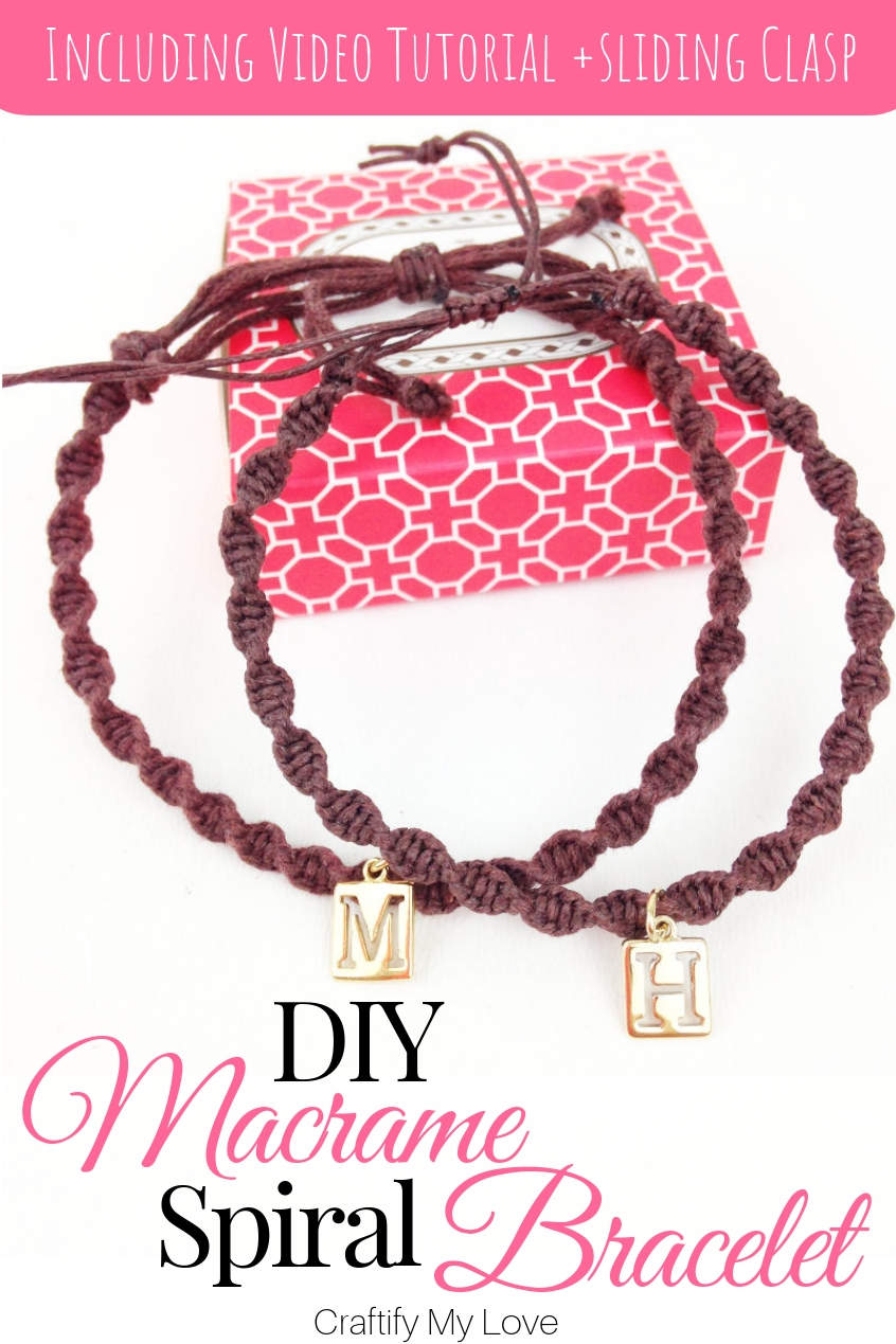 This DIY macrame spiral bracelet is super easy tu make! Click to find step-by-step instructions that even come with a video tutorial. Within minutes you'll know how to add a charm and make an adjustable sliding knot clasp using the square knot. #craftifymylove #macrame #technique #spiralbracelet #diyjewelry #giftidea #bff #partnerjewelry #slidingclasp