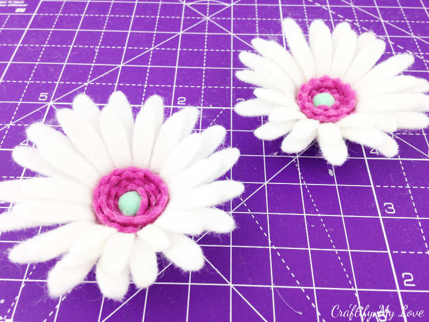 Pretty flower craft: Marguerite Daisy made with a cutting machine like the Cricut Maker, Brother ScanNCut, Silhouette Cameo. Felt flower tutorial instructions.